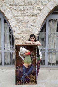 Heba è una pittrice siriana rifugiata in Libano. Ora lavora con materiali di vario genere: stoffa, legno, metallo, carta. I suoi lavori attuali sono molto distanti da quelli che realizzava in precedenza, principalmente tele dipinte.  © UNHCR/E.Dorfman www.unhcr.it/1family