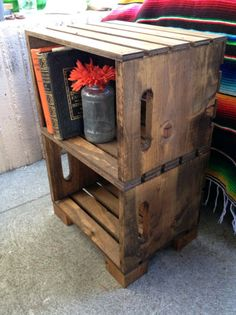 How to Make End Tables Out Of Crates Cómo hacer tablas finales con cajas Crate Nightstand, Crate Furniture, Furniture Projects, Diy Projects, Pallet Projects, Crate End Tables, Diy End Tables, Wooden Crate End Table, Wood Crates