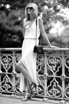 Robe longue blanche et sac en cuir matelassé pour Tuula #fashion