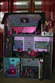 A custom built Monster High dollhouse my aunt made for my cousin...I'm totally jealous!