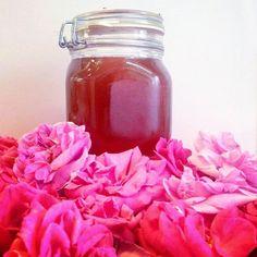 Con tre semplici ingredienti è possibile ottenere dai petali di rosa freschi uno sciroppo denso, profumato e dal magnifico colore rosa. Mason Jars, Canning Jars, Mason Jar, Jars
