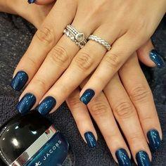 #SantteBeauty Procurando por uma alternativa à cor preta? Então aposte neste azul metálico da #marcjacobs, feito no salão do @mbiaggi! É uma cor elegante, que vai deixar suas unhas bem modernas e lindas! #nails #unhas #nailart #fashion #moda #beauty #beleza