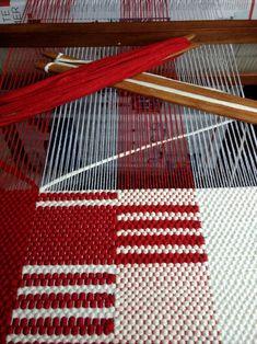 Weaving Loom Diy, Weaving Art, Tapestry Weaving, Hand Weaving, Weaving Textiles, Weaving Patterns, Weaving Wall Hanging, Peg Loom, Textile Fiber Art