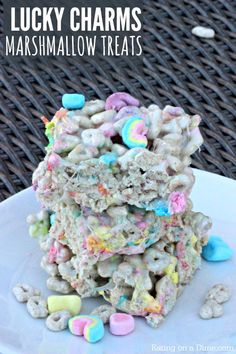 Kid Friendly St. Patrick's Day Treat - Lucky Charms Marshmallow Treats Recipe - This is a quick and easy treat using the favorite Lucky Charms Cereal. Lucky Charms Treats, Lucky Charms Cereal, Marshmellow Treats, Best Party Food, Oatmeal Bars, Rice Crispy Treats, Lucky Charms Marshmallows, Mini Marshmallows, Easy Desserts