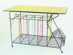 TABLE BASSE TOURNE-DISQUES POUR DISQUES 45T 33T TOLE PERFOREE SCOUBIDOU 1950 - love it ! 180€