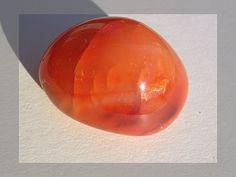 Nom :Cornaline Famille:testosilicates Système cristallin :trigonal Composition chimique :dioxyde de silicium Couleur : rouge orangé à rouge sombre, légèrement translucide, d'un éclat vit…