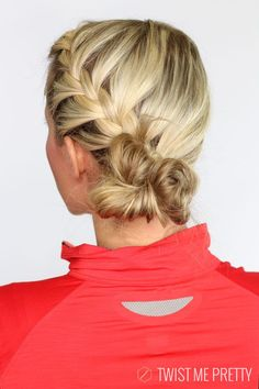 Idée Tendance Coupe & Coiffure Femme 2018 : : This French braided messy bun is perfect for your workout! Softball Hairstyles, Sporty Hairstyles, Workout Hairstyles, Twist Hairstyles, Cute Hairstyles, Hairdos, Country Hairstyles, Updos, Messy Bun With Braid