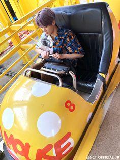 <NCTzen 127-JAPAN Official Book> Vol.1 Memories#6  見た目かわいいアトラクションに乗ったのはこの3人!  余裕なジェヒョンとヘチャンとは違い緊張気味のマークでしたがカメラには笑顔でピースをくれましたCamera with flash  ※マッドマウスは昨年9月末に営業終了しています  #NCT127 #JAEHYUN