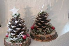 Christmas decorations with logs of wood and apples of .- Décorations de Noel avec des rondins de bois et des pommes de pin Christmas decorations with logs and pine cones Decorations # - Diy Christmas Ornaments, Rustic Christmas, Christmas Projects, Holiday Crafts, Christmas Time, Christmas Wreaths, Pine Cone Christmas Decorations, Cheap Christmas, Wood Ornaments