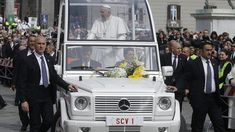 With Pope Francis soon to arrive in the US, The Washington Post is looking back on the fascinating history of the popemobile. Pope Francis, The Washington Post, Jeep Wrangler, Looking Back, Vintage Cars, This Is Us, History, Continue Reading, Celebrities