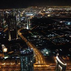 Vi tager de 124 etager op, 452 meter oppe. Her fra Burj Khalifa kan I på klare dage se hele Dubai. Om aftenen giver lysene på alle bygningerne og de store veje en fantastisk udsigt. www.apollorejser.dk/rejser/asien/de-forenede-arabiske-emirater/dubai