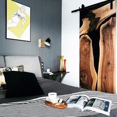 Drzwi przesuwne do garderoby zrobione z czarnej żywicy epoksydowej i orzecha. Piękne połączenie żywicy epoksydowej i drewna dodaje sypialni przytulnosci i elegancji. Nowoczesna sypialnia w skandynawskim stylu Contemporary, Rugs, Home Decor, Farmhouse Rugs, Decoration Home, Room Decor, Home Interior Design, Rug, Home Decoration