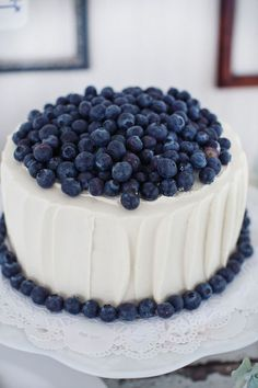 Like the texture of the frosting, thinking this for the top layer of the wedding cake. No berries for the cake though; although could be fun we we wanted to do those with cupcakes. Pretty Cakes, Beautiful Cakes, Amazing Cakes, Simply Beautiful, Blueberry Topping, Blueberry Cake, Blueberry Delight, Blueberry Recipes, Blueberry Cheesecake