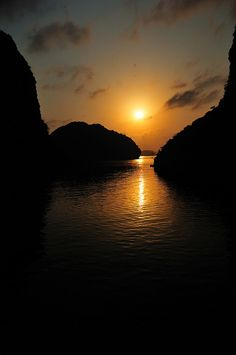 When the sun going down on Ha Long Bay by  DocBudie, via Flickr