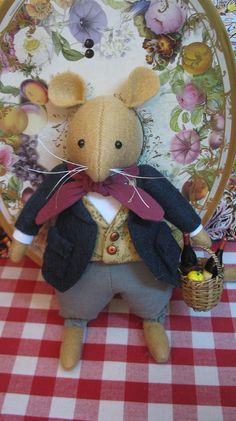 Clover, of Brambly Hedge Mouse Crafts, Felt Crafts, Bjd Doll, Brambly Hedge, Pet Mice, Diy Projects For Beginners, Felt Mouse, Cute Mouse, Felt Animals
