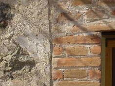 Edificios singulares los 'sequeros de tabaco/pimentón' de la zona de Candeleda en la cara sur de la sierra de Gredos.  Actualmente algunos de los mismos han sido rehabilitados para el disfrute del turismo.  Os dejo un ejemplo en :  www.lunacandeleda.com