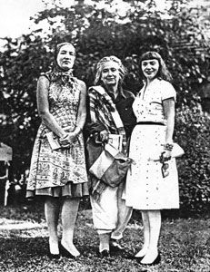 Edie Beale, Edith Bouvier Beale and Lois Wright, 1962 Edith Bouvier Beale, Edie Beale, Gray Gardens, Mystery Of History, East Hampton, Autumn Garden, Cool Costumes, Shades Of Grey, Historical Photos