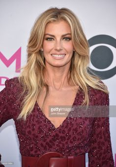 Recording artist Faith Hill attends the Academy Of Country Music Awards at Toshiba Plaza on April 2017 in Las Vegas, Nevada. Middle Part Hairstyles, Cool Braid Hairstyles, Hairdos, California Hair, Medium Hair Styles, Long Hair Styles, Top Braid, Red Carpet Hair, Beautiful Old Woman