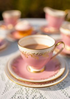 Vintage pink and gold tea cups for a tea party before the wedding or even for the bridal shower #wedding #gold #goldwedding #vintage #teaparty