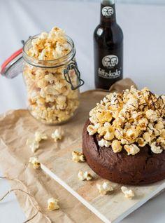 Cola-Schokoladen Kuchen mit Popcorn