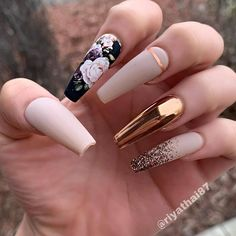 The trend of chrome nails can not be ignored. Many women choose the art design of chrome nails nowadays. The fashion trend of nail design is always changing. In order to keep fashion, you might as well try chrome nail art design. Cute Nails, Pretty Nails, My Nails, Nails Today, Gold Nail Art, Gold Nails, Beige Nails, Stiletto Nails, Black Nails
