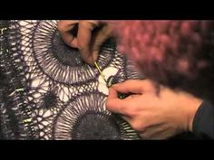 ▶ Needle Lace join for Hairpin Lace - YouTube. Spirgazione dell'unione di più cerchi a forcella inglese