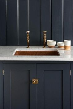deVOL's Shaker Kitchen, 'Pantry Blue' with Carrara marble worktop and undermounted copper sink. Love the copper mix with the dark units and marble worktops Decor, Kitchen Interior, Blue Kitchens, Kitchen Inspirations, Interior, Kitchen Remodel, Kitchen Decor, Devol Shaker Kitchen, Home Decor