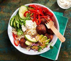 Dit falafel recept bestaat uit een rijkelijk gevulde rijstbowl met frisse ingrediënten. Deze snel te bereiden salade is gemaakt van falafel balletjes, avocado, puntpaprika, komkommer en nog veel meer gezonde lekkernijen gemengd met basmati rijst. Dit Simpele salade recept maak je uiteraard met Lassie Basmatirijst. Eén van de beste Simpele salade recepten van Lassie! Bekijk het recept en de andere salade recepten op lassie.nl! #opjebord #simpelesalades #rijstbowl #falafelballetjes Cobb Salad, Yogurt, Beef, Avocado, Ethnic Recipes, Falafel Recept, Desserts, Food, Cilantro