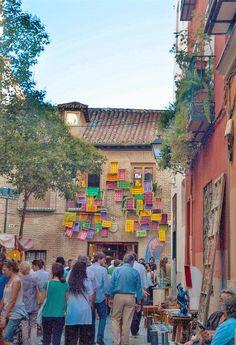MUST Literary quarter Mercadillo en el barrio de las Letras. Calle de Quevedo