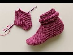 Skewered Bootie Bootie // // easy booties models (model … – The Best Ideas Knitted Booties, Crochet Boots, Crochet Baby Booties, Knit Crochet, Knitting Videos, Crochet Videos, Free Knitting, Baby Knitting, Diy Knitting Slippers
