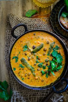 Jaisalmeri Chane is a simple, traditional dish from Jaisalmer, Rajasthan which is made by simmering black chick peas with spices and curd. Sub cashew paste for curd? Vegetarian Curry, Vegetarian Recipes, Cooking Recipes, Curry Food, Indian Food Vegetarian, Healthy Recipes, Cooking Tips, Veg Dishes, Food Dishes