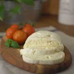 have not LIVED until you've had freshly made mozzarella. Here's how easy is it to make it at home.You have not LIVED until you've had freshly made mozzarella. Here's how easy is it to make it at home. Make Mozzarella Cheese, Mozzarella Homemade, Mozzarella Pasta, Burrata Cheese, Mascarpone Cheese, Fresh Mozzarella, Fromage Cheese, Raclette Cheese, Cheese Fruit