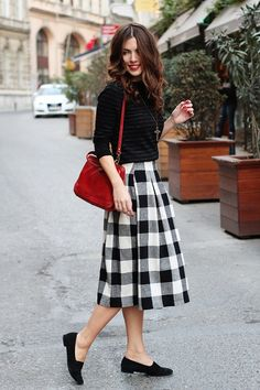 Must Have Pieces for a Preppy Fall Wardrobe - DesignerzCentral Modest Fashion, Skirt Fashion, Black Skirt Outfits, Midi Skirt Outfit, Preppy Fall, Mode Simple, Plaid Skirts, Gingham Skirt, Midi Skirts