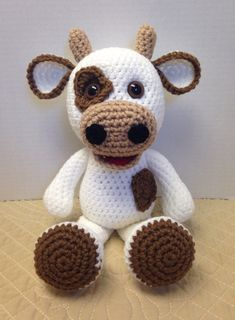 Whoever is inside the world of DIY knows that one of the main trends of the moment is the amigurumi. Very famous worldwide, the amigurumi arrived in Crochet Bear Patterns, Crochet Cow, Crochet Teddy, Cute Crochet, Baby Knitting Patterns, Amigurumi Patterns, Crochet Animals, Crochet Crafts, Crochet Dolls