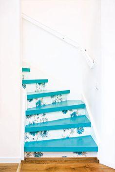 Já pensou em pintar os degraus da sua escada com o turquesa? Uma maravilha!