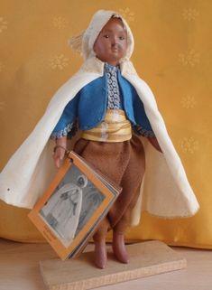 Poupées d'Algérie دمى من الجزائر Il est à noter que les Poupées les plus anciennes datent de l'époque de la colonisation et sont des poupées de marques françaises , habillées ou non en Algérie. Alger Poupée de 14 cm en celluloid vêtu d'un pantalon bouffant...