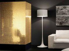 mur d'accent recouvert d'une mosaïque accrocheuse de couleur or