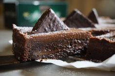 After eight kladdkaka Best Dessert Recipes, Fun Desserts, Baking Recipes, Cookie Recipes, Chocolat Cake, After Eight, No Bake Snacks, Christmas Baking, Let Them Eat Cake