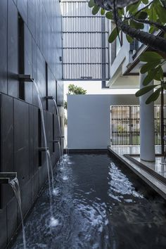 Gallery of Residence 913 / Charged Voids - 3 Indoor Water Features, Water Features In The Garden, Lobby Design, Modern Water Feature, Moderne Pools, Indoor Water Fountains, Fountain Design, Water Walls, Swimming Pool Designs