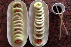 Buscar maneras diferentes para presentar una entrada o una ensalada es todo un desafío. Con estos pepinos que simulan ser sushi lograrás captar la atención y halagos de toda la mesa. Ingredientes 1 pepino grande 1 pimentón verde 1 pimentón amarillo 1 zanahoria 1 lata de atún Primero debes ...
