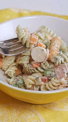 Existe receita mais prática e saborosa que salada de macarrão? Healthy Dinner Recipes, Vegetarian Recipes, Cooking Recipes, Vegetarian Salad, Pesto Recipe, Recipe Pasta, Pasta Salad Recipes, Easy Meals, Stuffed Peppers