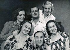 Světla Svozilová (vlevo nahoře) s dalšími hereckými kolegy, pod ní Adina… Celebrity, Actors, History, Retro, Couple Photos, Film, Couples, Beauty, Collection