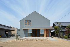 いいね!26件、コメント1件 ― Baroquck Design Worksさん(@baroquck)のInstagramアカウント: 「【軒と土間のある家】 . 三角屋根のシンプルな形に軒のある外観 木製サッシとの相性も良く可愛らしい印象を与えます . #バロック #バロックデザインワークス #新築#新築一戸建て #マイホーム…」