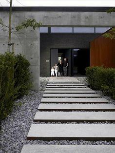 Concrete facade on Inspirationde Backyard Garden Design, Yard Design, House Design, Design Art, Side Yard Landscaping, Modern Landscaping, Facade Design, Exterior Design, Ceramica Exterior