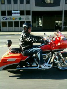 The first time and only time i ever rode on a motor cycle was on a Harley similar to this one! so much fun!