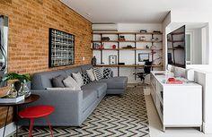 No andar superior desta cobertura, a arquiteta Andrea Reis criou em 25 m2 uma área para esquecer da vida, com sofá gostoso, TV, bar e poltrona de leitura