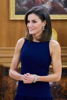 MADRID, SPAIN - NOVEMBER Queen Letizia of Spain receives Chinese president Xi Jinping and wife Peng Liyuan for an official dinner at the Zarzuela Palace on November 2018 in Madrid, Spain. (Photo by Carlos Alvarez/Getty Images) Royal Fashion, Love Fashion, Spanish Royalty, Estilo Real, Spanish Royal Family, Laetitia, Queen Hair, Mommy Style, Queen Letizia