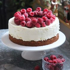 #runeberginjuustokakku #toblerone #kaurapiparit #vadelmat #namjavieläkerrannam Toblerone, Cheesecake, Desserts, Food, Deserts, Cheese Cakes, Dessert, Meals, Cheesecakes