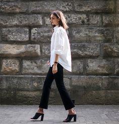 camisa branca e calça preta