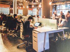 Lampen zijn cool en de afscheiding van de werkplekken, verder vrij druk!  Ook handig zo'n kastje!
